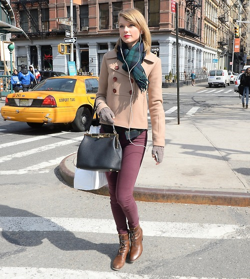 Taylor Swift listens to music while shopping in Soho