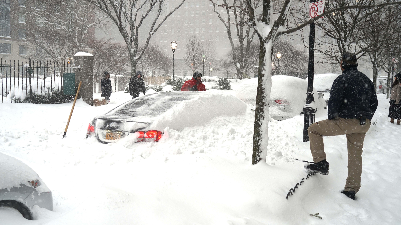 Snowfall car digging out 1-23-2016